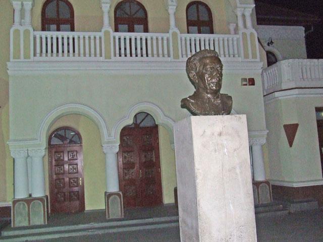 statuia dirijorului ion romanu