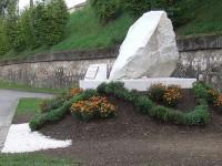 Falsificarea istoriei, monumentul bolovan